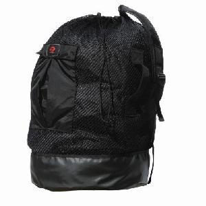 В рюкзаке есть внешний карман и дополнительный сухой карман внутри.